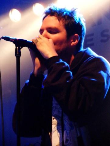 Frank Turner à l'harmonica avec Lucero, à la Rockhal, Luxembourg, le 21 septembre 2013. (photo : Léa Fox)