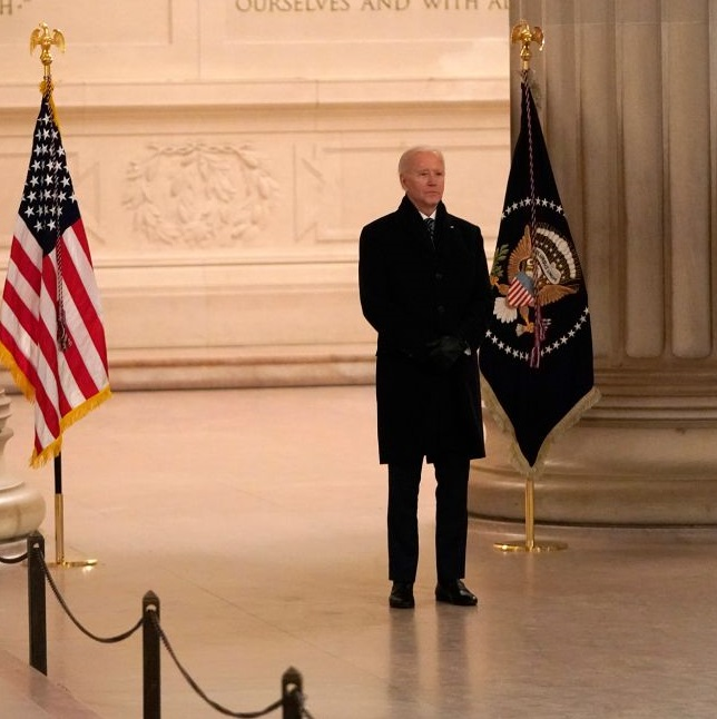 Joe Biden Gets Rid of Mask at Lincoln Memorial Hours After Signing Executive Order Forcing Americans to Wear Mask on Federal Property