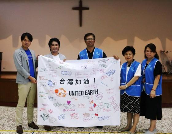 黎明教養院に台湾を応援する寄せ書きをお渡ししている写真