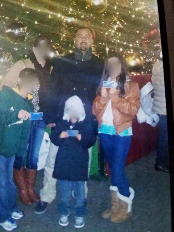 Rodrigo Núñez con su esposa y sus hijos en una foto tomada la Navidad pasada. (foto suministrada).