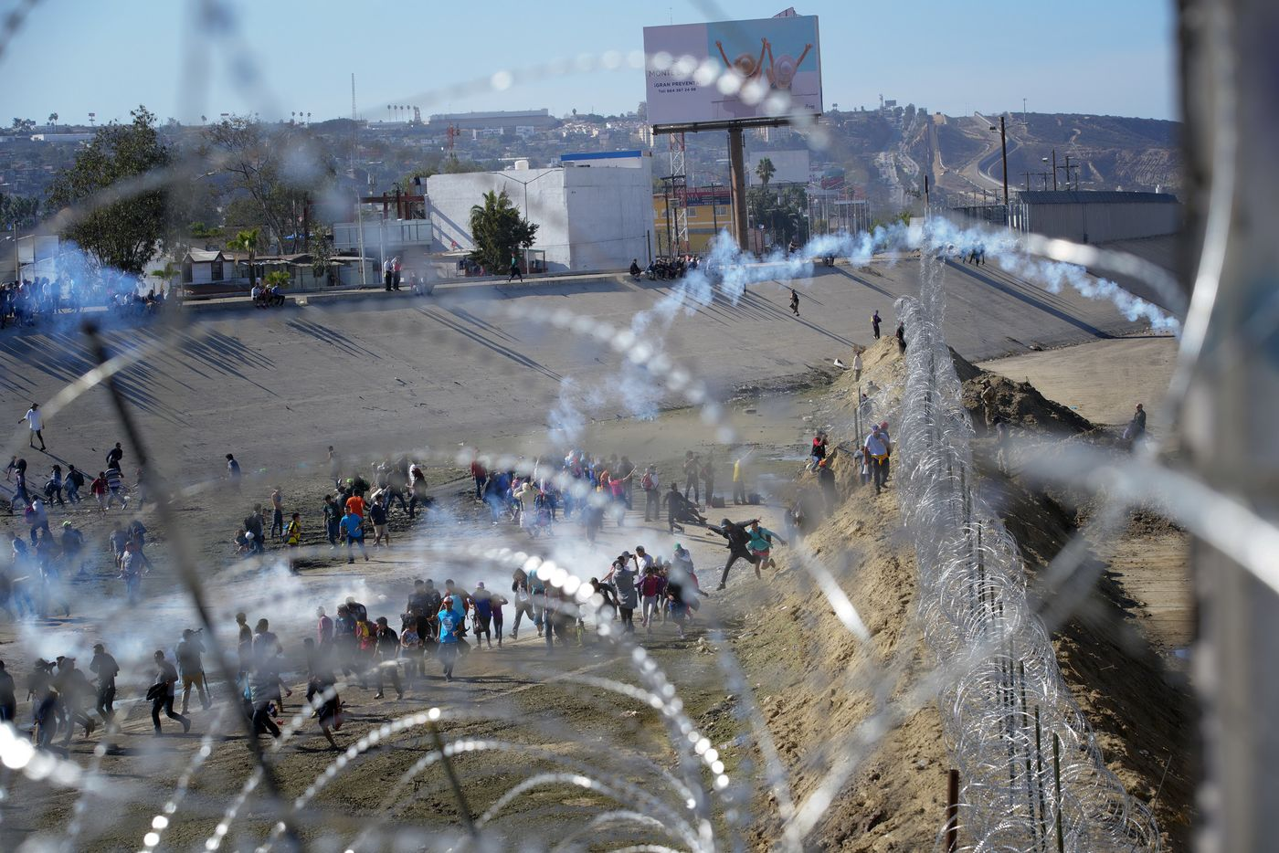sd-pg-migrant-caravan-reaches-border-san-ysidr-019.jpg