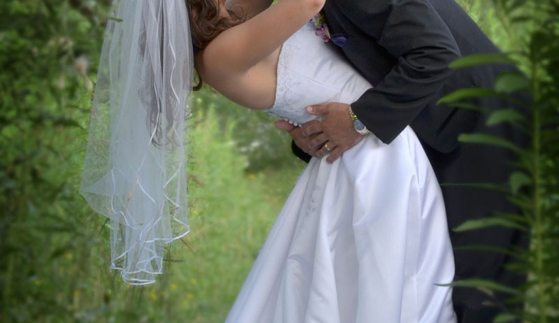 bride-groom-kiss-forest-unity