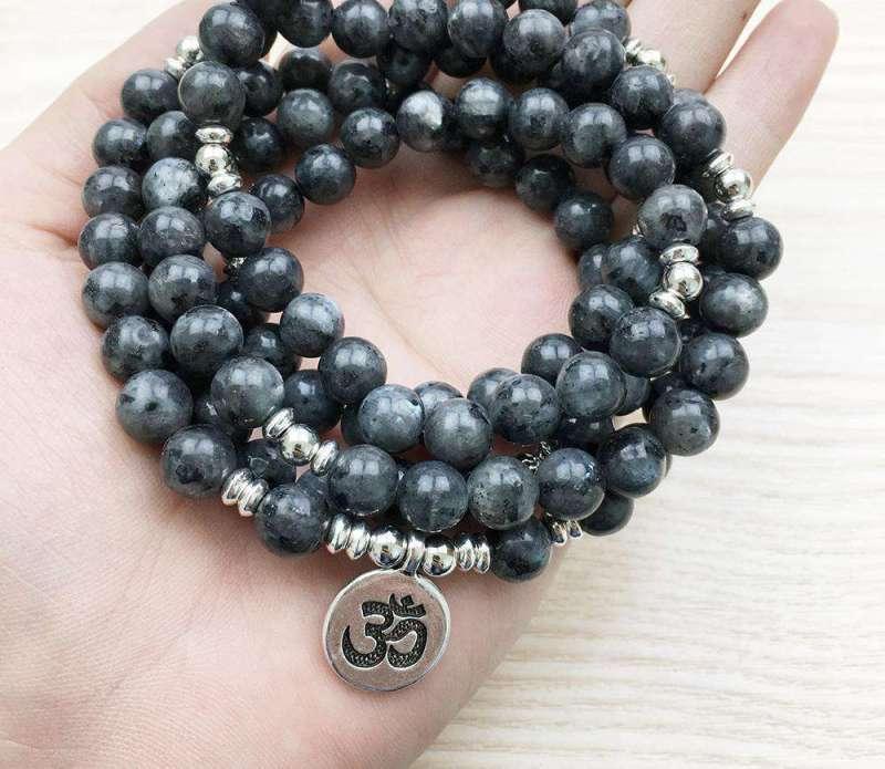 """Bracelet Mala """"Om"""" de 108 perles en Labradorite Grise Naturelle - L'univers-karma"""