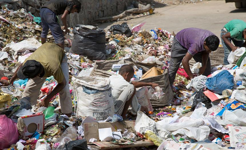 Refugiados buscan alimento en la basura al suroeste de Arabia