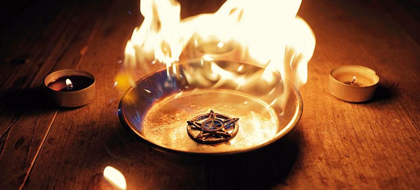 Algunos creen que con rituales y amuletos tendrán éxito en sus vidas