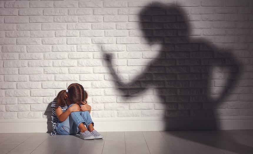 Las madres golpeadoras sufrieron en la niñez