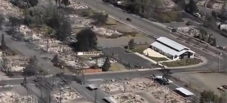 En medio de los incendios en Estados Unidos, una iglesia no es alcanzada por el fuego