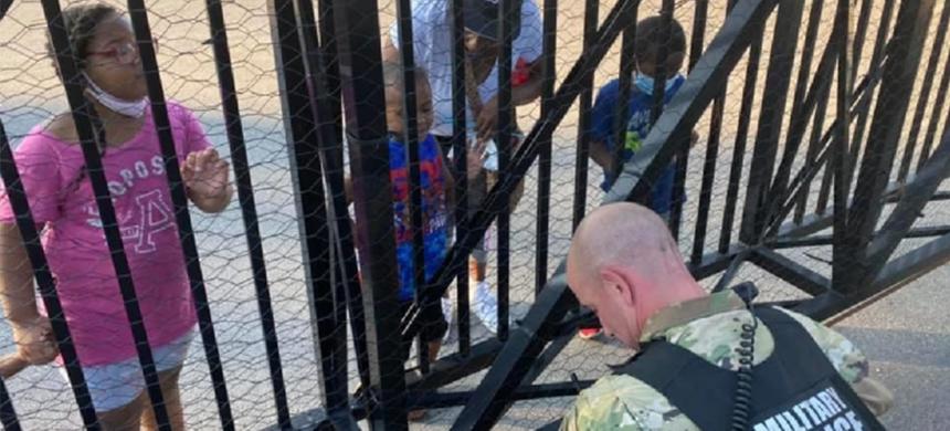Niño de 5 años ora por un policía durante protestas