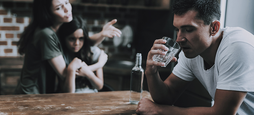 El alcoholismo es una causa principal de hogares disfuncionales