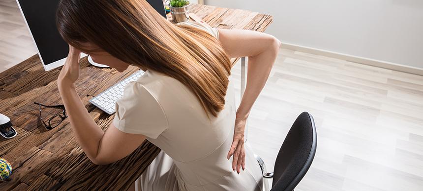 Permanecer sentado mucho tiempo puede provocarte dolor en la espalda baja y en la cadera