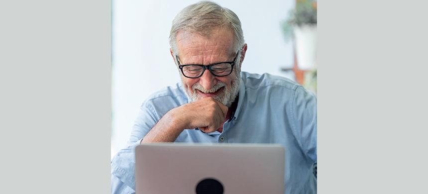 Adultos de la tercera edad aprovechan las clases virtuales para superarse
