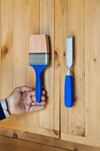 Picture of a paintbrush and chisel acting as handles on cupboard doors