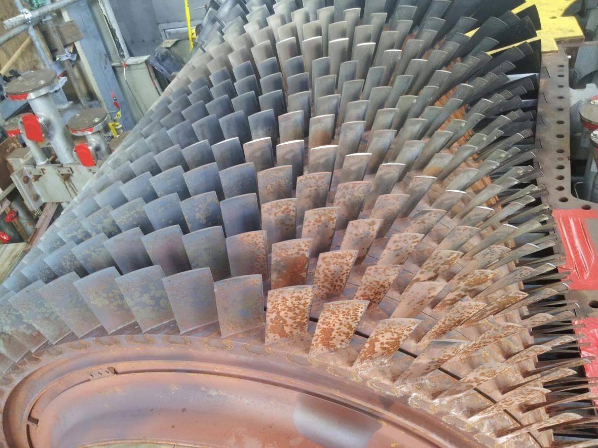 Turbine Rotor & Blades Partially Cleaned by Dry Ice Blasting
