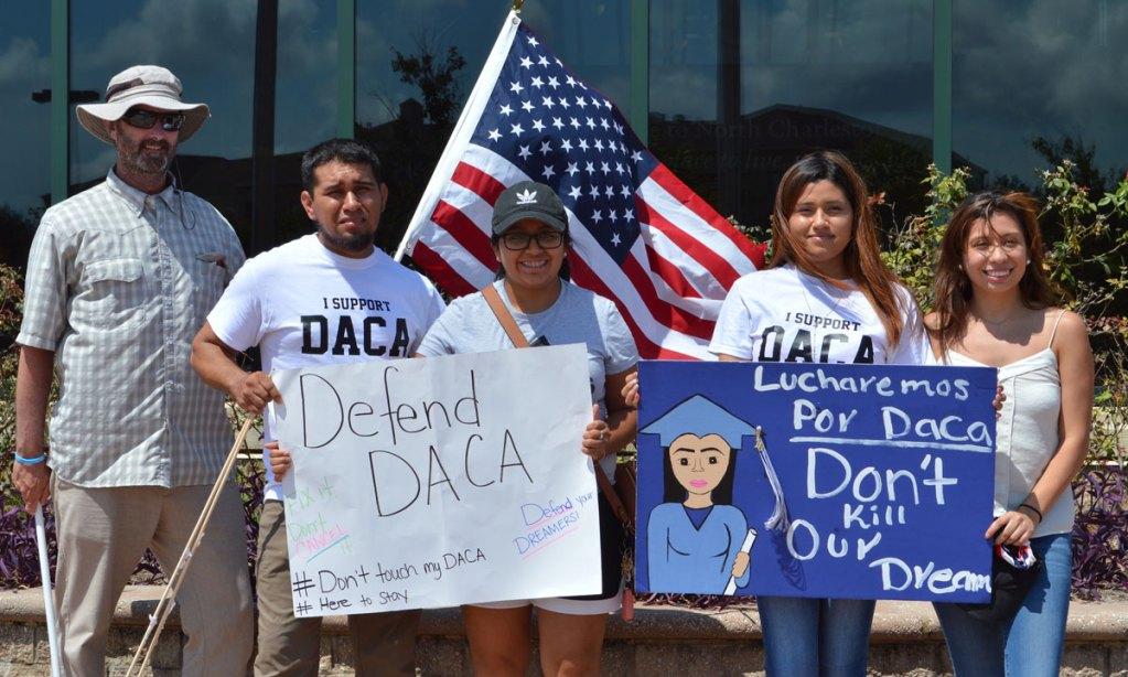 Jóvenes de DACA reciben el apoyo de comunidad local