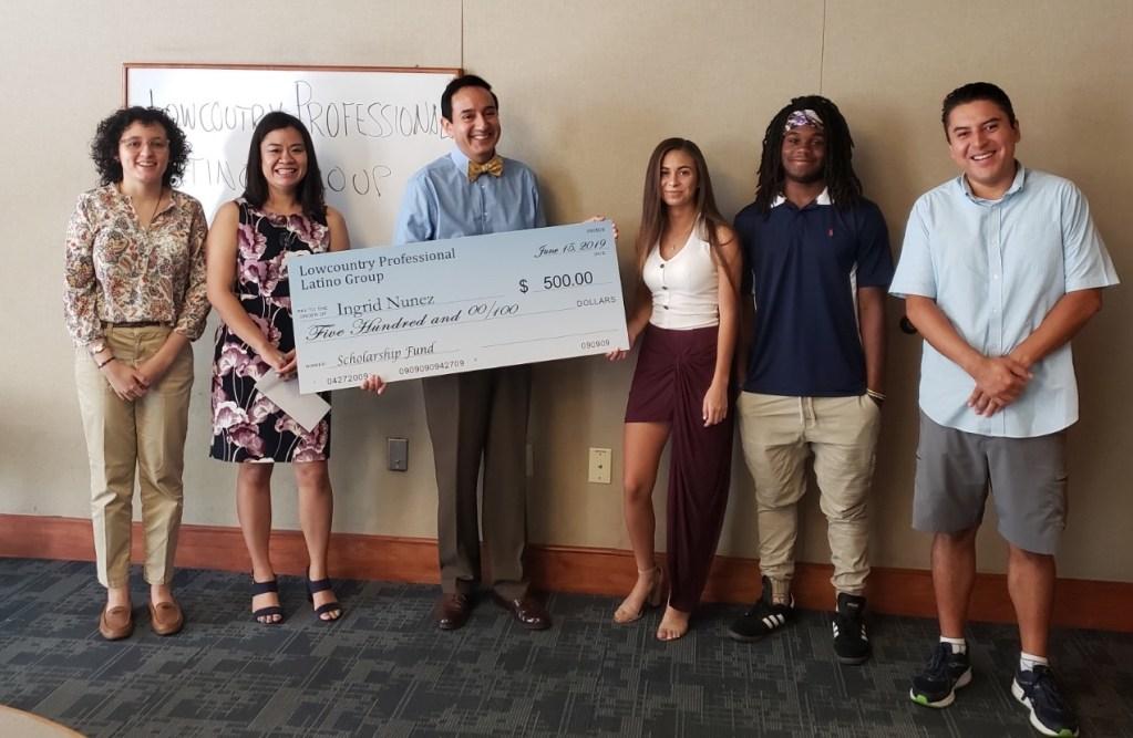 Grupo de profesionales hispanos entregó beca a estudiante