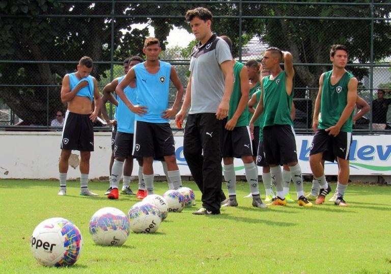 Victor Hugo com os atletas do sub-20 do Botafogo de Futebol e Regatas. Crédito: Arquivo Pessoal