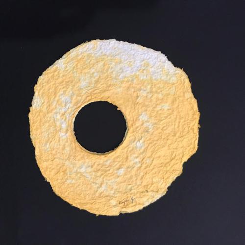 Título: El huevo Técnica: Papel hecho a mano  Medida: 22cm x 21.5cm Año: 2020