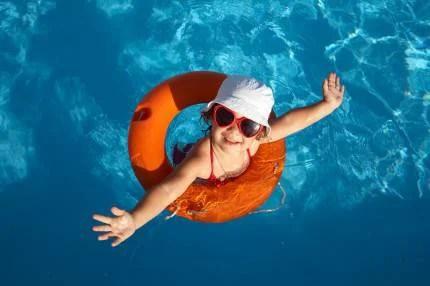 Bambina si diverte in piscina