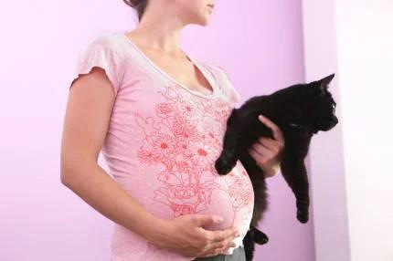 Donna incinta con gatto