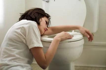Donna al bagno pronta a vomitare