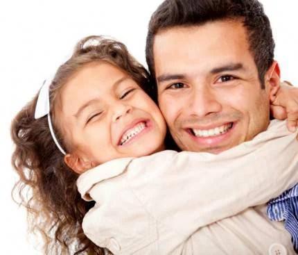bimba abbraccia il papà