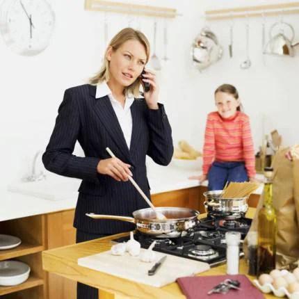 Mamma che lavora al telefono mentre cucina