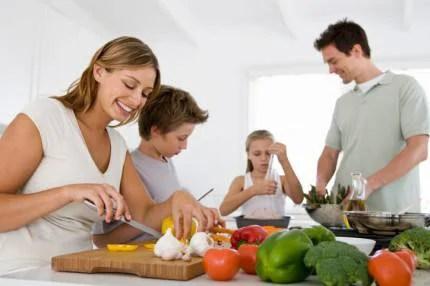 Famiglia che prepara insieme il pranzo