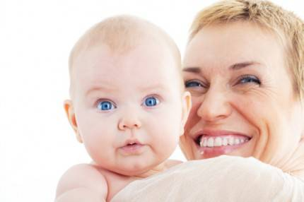 Bambino e mamma sorridente