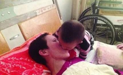 Son Gao Qianbo nutre la madre Zhang Rongxiang