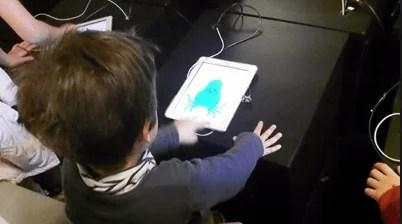 bambino usa un tablet