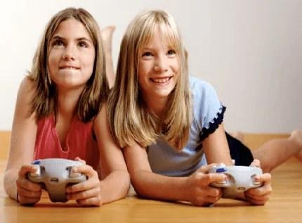 bambini giocano con i videogame