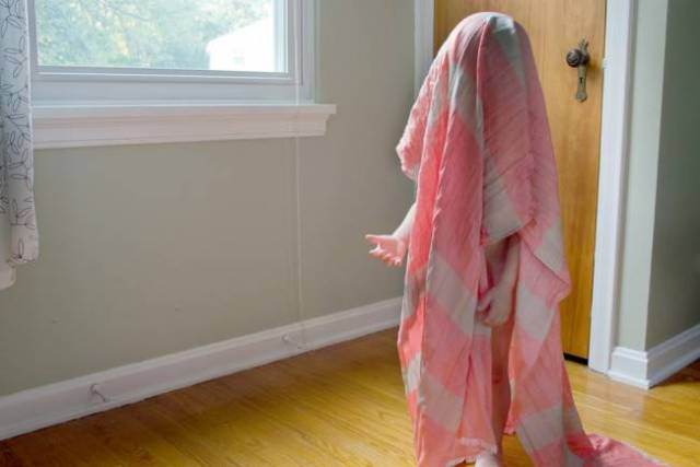 bimbo nascosto da coperta