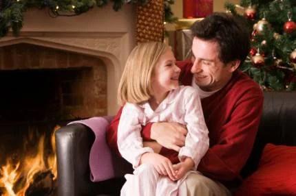 padre e figlia davanti al camino