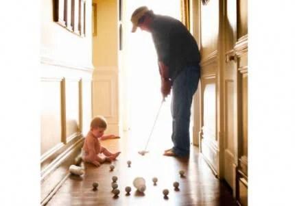 bimbo gioca col papà