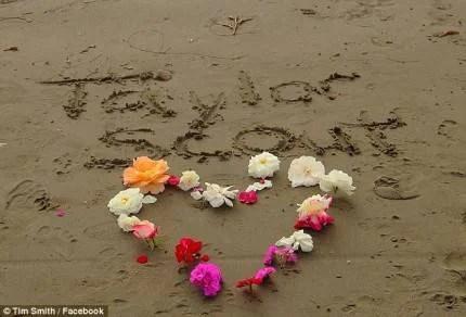 cuore di fiori sulla spiaggia dedicato a Taylor smith