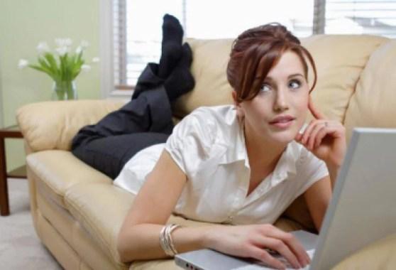 donna sul divano davanti al pc