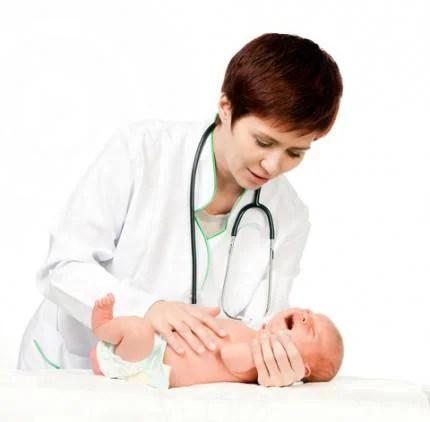 medico cura neonato