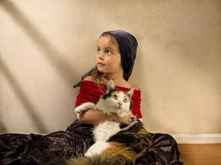bambina con gatto