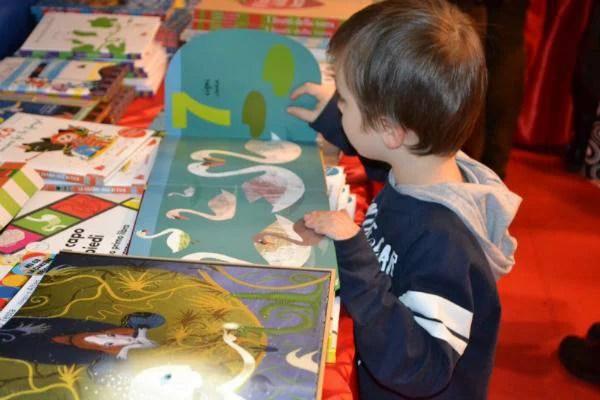 Un bambino sfoglia un libro illustrato