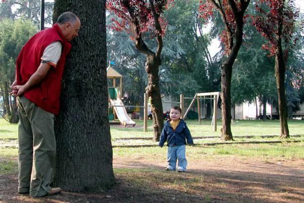 Nonno gioca a nascondino col nipote
