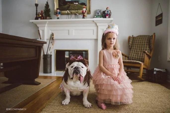 bimba vestita principessa e cane bulldog