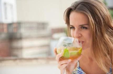 donna che bene un cocktail