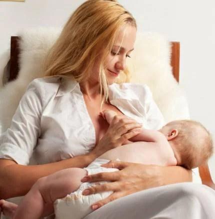 neonato e mamma allattamento al sen