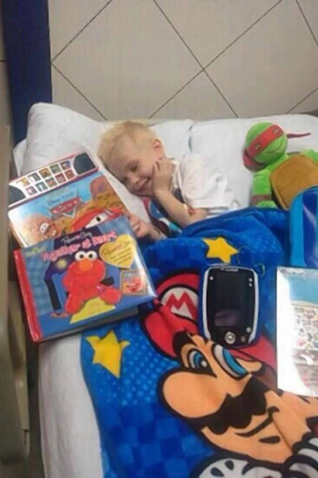 bimbo in ospedale con regali