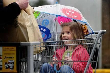 Bambina nel carrello