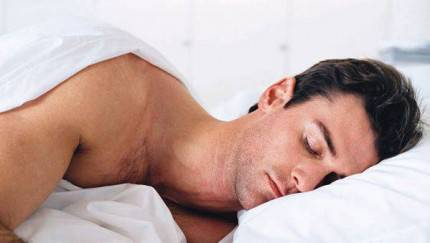 uomo dorme