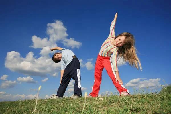 bambini fanno esercizio