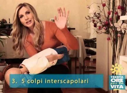 lorella cuccarini mentre fa le manovre per la disostruzione pediatrica