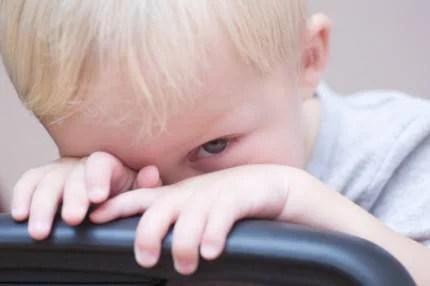 bambino che si nasconde dietro la sedia