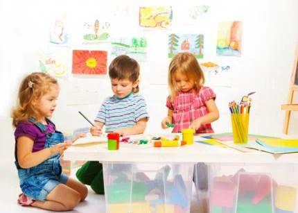 Dei bambini disegnano all'asilo